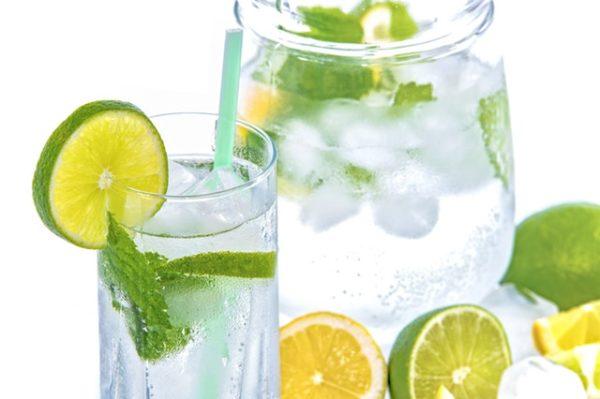 Wasser mit Zitrone für die Fettverbrennung
