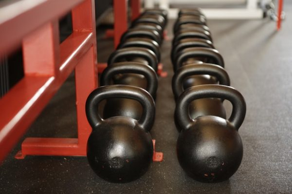 Kettlebells findest du in jedem guten Fitness-Studio