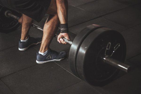 Kreuzheben zählt zu den unerlässlichen Grundübungen im Bodybuilding